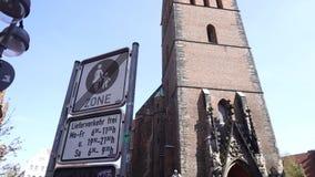 Markt-Kirche von Überziehschutzanlage George und James, Hannover, Deutschland stock video footage