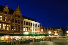 Markt (marknadsföra kvadrerar), av Bruges på skymningen Royaltyfri Fotografi