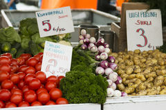Markt met tuinvrachtwagen, groenten, vruchten, bessen enz. Royalty-vrije Stock Afbeelding