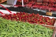 Markt met tuinvrachtwagen, groenten, vruchten, bessen enz. Stock Foto's