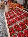 Markt met vers fruit en bessen Stock Afbeelding