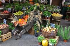 Markt mit Kürbis, Äpfeln, dem Grün und Dekoration Stockfotografie