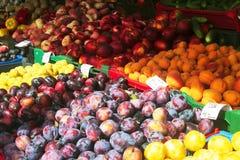 Markt mit Obst und Gemüse stockbilder