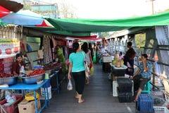 Markt op de brug om de spoorweg te kruisen Er zijn vele die producten aan beide kanten bij de Markt van Bogyoke worden verkocht A stock foto's