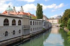 Markt-Säulengang und Ljubljanica Fluss Lizenzfreie Stockfotografie