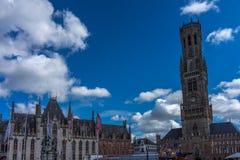 Старый здание муниципалитет вместе с башней колокольни в Markt squar стоковое фото