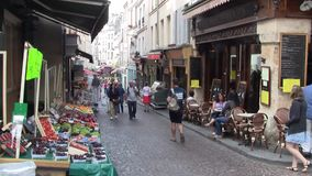 Markt-St?lle und ein Caf? in ber?hmten Rue Mouffetard in Paris, Frankreich stock footage