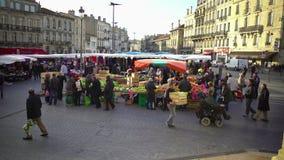 Markt in stadscentrum, mensen die groenten en fruit, het stedelijke leven, Europa kopen stock videobeelden