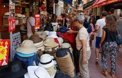 Markt-Stand, der Hüte in einer Straße der alten Stadt Nizza verkauft stockfotografie