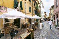 Markt van antieke en uitstekende voorwerpen in Sarzana, Ligurië, Italië stock fotografie
