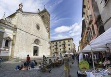 Markt van antieke en uitstekende voorwerpen in Sarzana, Ligurië, Italië stock afbeelding