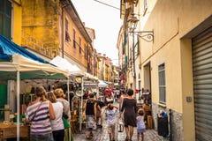 Markt van antieke huisvoorwerpen op de straat in Sarzana stock afbeelding