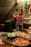 Markt van vrouwen de verkopende eieren. Kambodja stock afbeelding