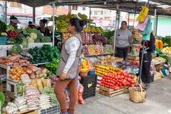 Markt verkopende vruchten en groenten, Zuid-Amerika, Ecuador royalty-vrije stock fotografie