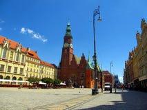 Markt in Wroclaw, mening van onderaan op kleurrijke huizen wroclaw Stock Afbeelding