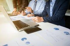 Marktanalyse-Teambesprechungskonzept Junge Geschäftsmannmannschaft Stockfotografie
