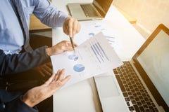 Marktanalyse-Teambesprechungskonzept Junge Geschäftsmannmannschaft Lizenzfreie Stockfotos