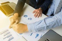 Marktanalyse-Teambesprechungskonzept Junge Geschäftsmannmannschaft Lizenzfreie Stockfotografie