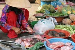 Marktfrau, die Fische vorbereitet lizenzfreie stockfotos