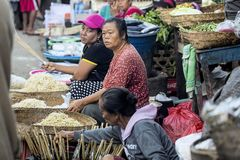 Marktfrau, die Weizenkeim, Nusa Penida am 17. Juni verkauft Indonesien 2015 Lizenzfreie Stockbilder