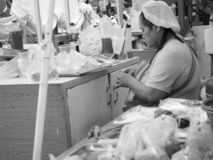 Marktfrauenverkauf Nahrungsmittelverkäufer, in Wang Lang Market, Bangkok, Thailand stockbilder