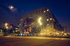 Markthal-Markt Hall, der mit einer Markthalle darunterliegend in Rotterdam, die Niederlande errichtet stockbild