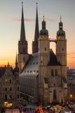 Marktkirche i Halle (Saale) på solnedgången under jultid Arkivbilder