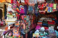 Marktkraam met kleurrijke inheemse kleren, Argentinië Stock Foto