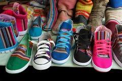 Marktkraam met kleurrijke inheemse schoenen, Argentinië royalty-vrije stock foto's