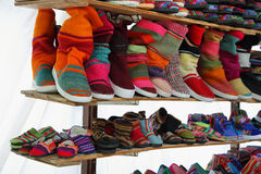 Marktkraam met kleurrijke inheemse schoenen, Argentinië stock fotografie