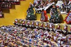 Marktkraam met vele sneeuwbollen en Kerstmisornamenten voor verkoop stock foto