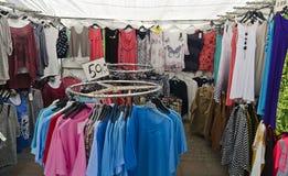 Marktkraam voor goedkope kleren Stock Foto