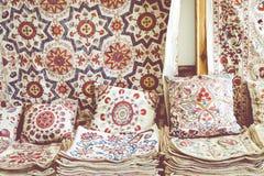 Marktkramen met decoratieve stammentextiel met kleurrijke patt stock fotografie