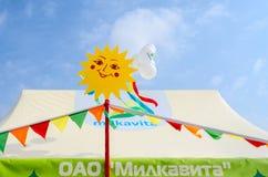 Marktkramen van Milkavita op Shrovetide-festiviteiten tegen blauwe hemel Royalty-vrije Stock Foto's