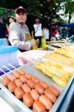 Marktmann, der Fleischklöschen verkauft. Lizenzfreies Stockbild