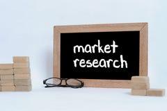 Marktonderzoek, Bedrijfsconcept Oogglazen en Houtsnede die als staptrede stapelen stock foto's