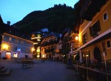 Marktplatz惊人的晚上视图或集市广场, Hallstatt联合国科教文组织世界遗产名录村庄  免版税库存图片