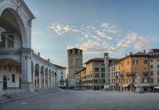 Marktplatz della Liberta in Udine, Italien zur Sonnenaufgangzeit Lizenzfreie Stockfotografie