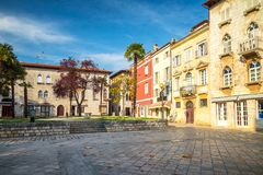 Marktplatz mit bunter Fassade von alte Häuser in Porec lizenzfreies stockbild