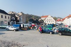 Marktplatz mit nicht identifizierten Leuten in der alten Stadt von Kazimierz Dolny lizenzfreies stockfoto