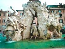 Marktplatz Navona Brunnen der vier Flüsse Schöne alte Fenster in Rom (Italien) Stockbilder