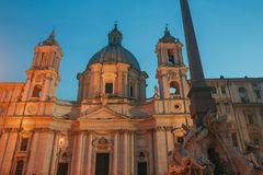 Marktplatz Navona mit Kirche Sant Agnese und Brunnen der vier Flüsse Rom Lizenzfreies Stockbild