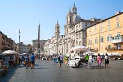 Marktplatz Navona, Straßenansicht mit gehenden Touristen Lizenzfreie Stockfotos