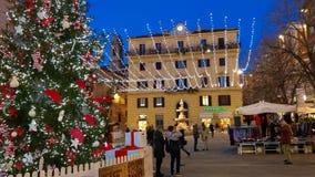 Marktplatz Pertini mit großem Weihnachtsbaum und Lichter in der Mitte von Ancona stockbilder