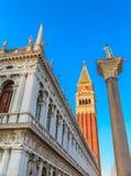Marktplatz San Marco mit Glockenturm, Basilika San Marco und Doge-Palast Venedig, Italien Venedig, Italien Stockbilder