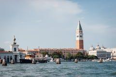 Marktplatz San Marco mit Glockenturm von St- Mark` s Kathedrale Campani lizenzfreies stockbild