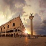Marktplatz San Marco am Sonnenaufgang Stockfotos