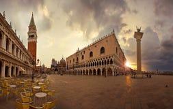 Marktplatz San Marco am Sonnenaufgang Stockfoto