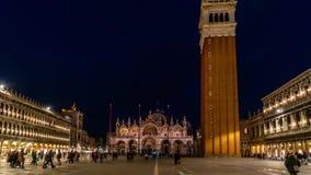 Marktplatz San Marco und Basilika von St- Marknacht-timelapse Es ist Kathedralenkirche von Roman Catholic Archdiocese von Venedig stock footage