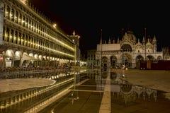 Marktplatz San Marco in Venedig überschwemmte bis zum Nacht Lizenzfreies Stockfoto